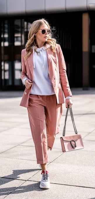 Cómo combinar: deportivas grises, pantalón de vestir rosado, blazer rosado, sudadera con capucha gris