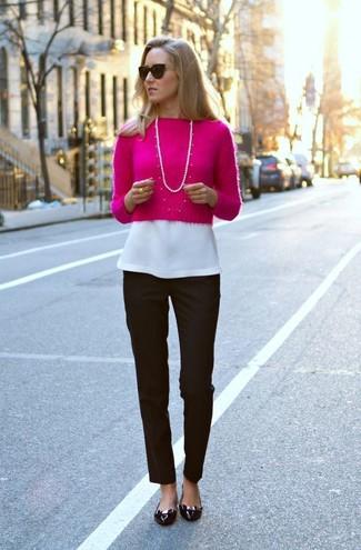 Cómo combinar: bailarinas de cuero negras, pantalón de vestir negro, blusa de manga corta blanca, jersey corto rosa
