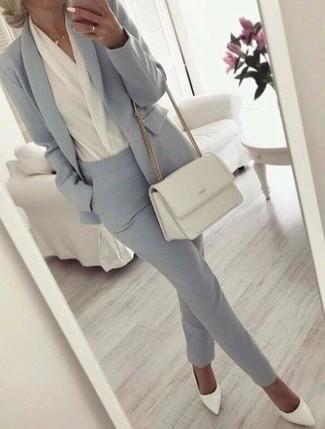 Cómo combinar: zapatos de tacón de cuero blancos, pantalón de vestir gris, blusa de manga larga blanca, blazer gris