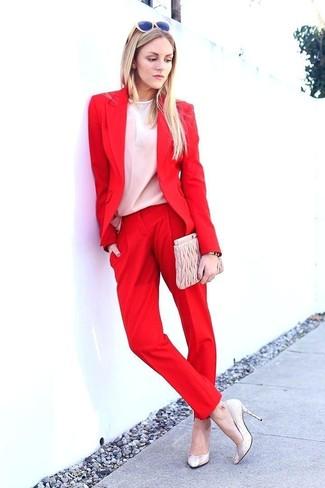 Cómo combinar: zapatos de tacón de cuero en beige, pantalón de vestir rojo, blusa de manga larga blanca, blazer rojo