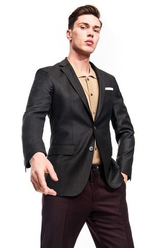 Combinar una camisa de manga larga marrón claro: Elige una camisa de manga larga marrón claro y un pantalón de vestir burdeos para una apariencia clásica y elegante.