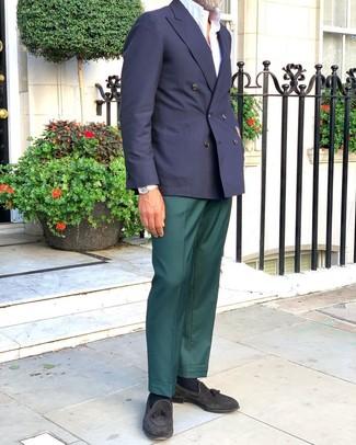 Cómo combinar: mocasín con borlas de ante negro, pantalón de vestir verde oscuro, camisa de manga corta blanca, blazer cruzado azul marino