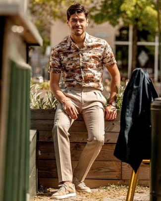Cómo combinar: tenis de ante marrón claro, pantalón de vestir de lino en beige, camisa de manga corta estampada en beige, blazer de lino negro