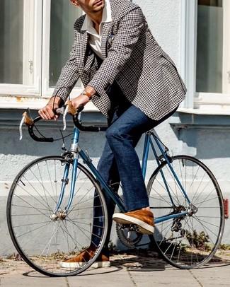 Cómo combinar: tenis de ante en tabaco, pantalón de vestir azul marino, camisa de manga corta blanca, blazer de cuadro vichy en negro y blanco