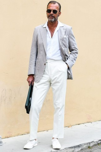 Combinar un blazer gris: Casa un blazer gris junto a un pantalón de vestir blanco para un perfil clásico y refinado. ¿Quieres elegir un zapato informal? Elige un par de tenis blancos para el día.