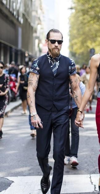 Cómo combinar: zapatos derby de cuero negros, pantalón de vestir negro, camisa de manga corta con print de flores azul marino, chaleco de vestir negro
