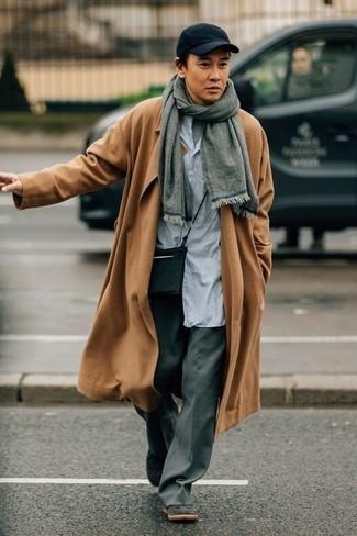 Combinar una bufanda gris: Empareja un abrigo largo marrón claro junto a una bufanda gris transmitirán una vibra libre y relajada. Tenis de cuero negros son una opción inmejorable para complementar tu atuendo.