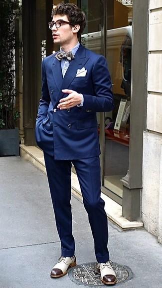 Combinar una camisa de manga larga de seersucker celeste: Casa una camisa de manga larga de seersucker celeste con un pantalón de vestir azul marino para rebosar clase y sofisticación. Completa el look con zapatos derby de cuero en beige.