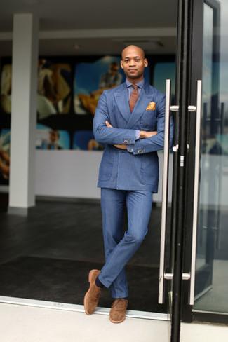 Cómo combinar: zapatos oxford de ante marrón claro, pantalón de vestir azul, camisa de manga larga azul, blazer cruzado azul