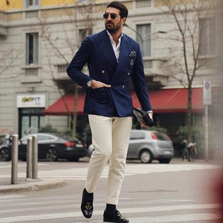 Cómo combinar: mocasín de terciopelo bordado negro, pantalón de vestir en beige, camisa de manga larga blanca, blazer cruzado azul marino