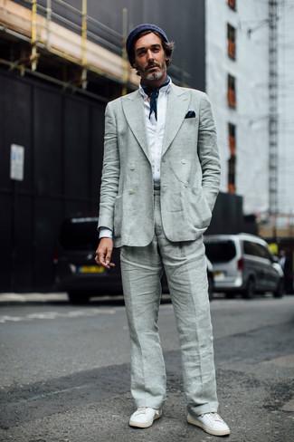 Cómo combinar: tenis de cuero blancos, pantalón de vestir de lino gris, camisa de manga larga blanca, blazer cruzado de lino gris