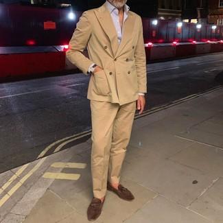 Combinar un blazer cruzado en beige: Emparejar un blazer cruzado en beige con un pantalón de vestir marrón claro es una opción inigualable para una apariencia clásica y refinada. Si no quieres vestir totalmente formal, haz mocasín con borlas de ante en marrón oscuro tu calzado.
