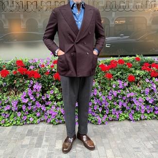 Cómo combinar: mocasín de cuero marrón, pantalón de vestir en gris oscuro, camisa de manga larga azul, blazer cruzado burdeos