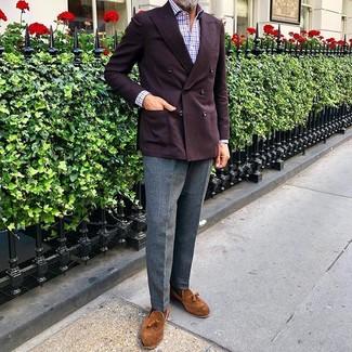 Cómo combinar: mocasín con borlas de ante en tabaco, pantalón de vestir de lana gris, camisa de manga larga de cuadro vichy en blanco y rojo y azul marino, blazer cruzado burdeos
