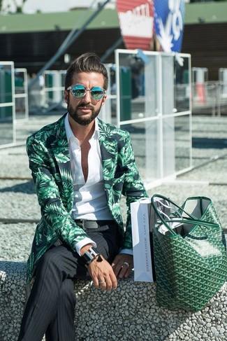 Cómo combinar: bolsa tote de cuero verde, pantalón de vestir de rayas verticales negro, camisa de manga larga blanca, blazer estampado verde
