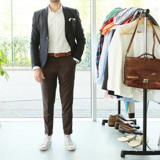 Cómo combinar: tenis de lona blancos, pantalón de vestir en marrón oscuro, camisa de manga larga blanca, blazer negro