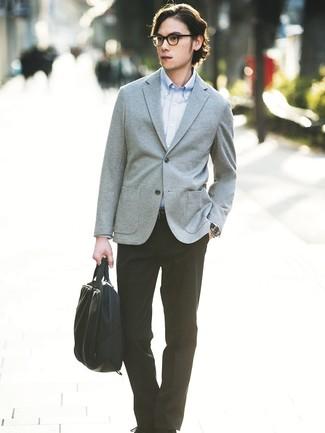 Cómo combinar: portafolio de lona negro, pantalón de vestir negro, camisa de manga larga celeste, blazer de punto gris