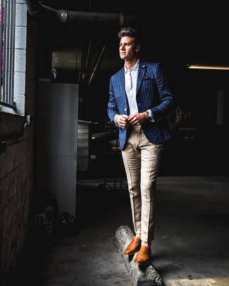 Cómo combinar: mocasín de cuero en tabaco, pantalón de vestir de lino marrón claro, camisa de manga larga de seersucker blanca, blazer de rayas verticales azul