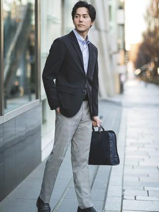 Cómo combinar: mocasín de cuero negro, pantalón de vestir de tartán gris, camisa de manga larga celeste, blazer negro