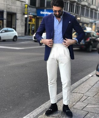 Cómo combinar: mocasín de ante negro, pantalón de vestir blanco, camisa de manga larga celeste, blazer azul marino
