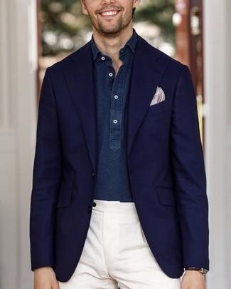 Cómo combinar: pañuelo de bolsillo estampado en beige, pantalón de vestir blanco, camisa de manga larga de cambray azul marino, blazer azul marino