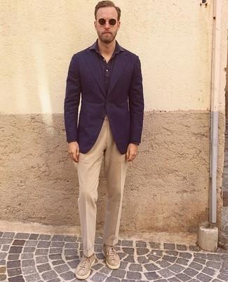Cómo combinar: tenis de ante en beige, pantalón de vestir marrón claro, camisa de manga larga azul marino, blazer azul marino
