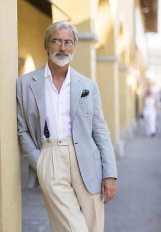 Cómo combinar: pañuelo de bolsillo estampado verde oscuro, pantalón de vestir en beige, camisa de manga larga blanca, blazer de tartán gris