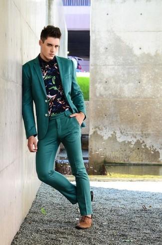 Cómo combinar: zapatos oxford de cuero marrónes, pantalón de vestir en verde azulado, camisa de manga larga estampada azul marino, blazer en verde azulado
