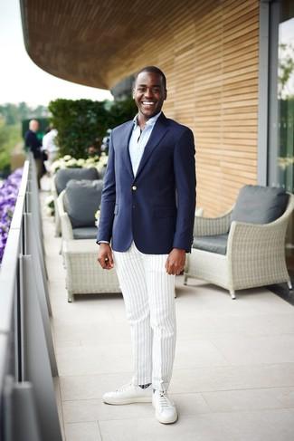 Cómo combinar: tenis de cuero blancos, pantalón de vestir de rayas verticales blanco, camisa de manga larga celeste, blazer azul marino