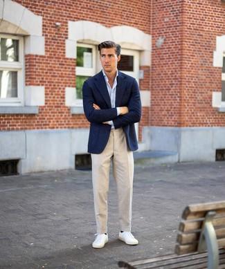 Cómo combinar: tenis blancos, pantalón de vestir de lino en beige, camisa de manga larga celeste, blazer de lana azul marino