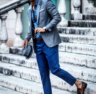 Cómo combinar: mocasín de cuero en marrón oscuro, pantalón de vestir de lana azul, camisa de manga larga de cambray azul, blazer de lino azul