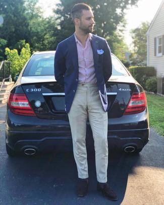 Cómo combinar: mocasín de ante en marrón oscuro, pantalón de vestir de lino en beige, camisa de manga larga de rayas verticales en blanco y rojo, blazer azul marino