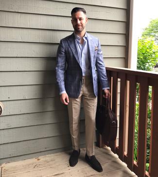 Cómo combinar: mocasín de ante en marrón oscuro, pantalón de vestir marrón claro, camisa de manga larga celeste, blazer de tartán azul