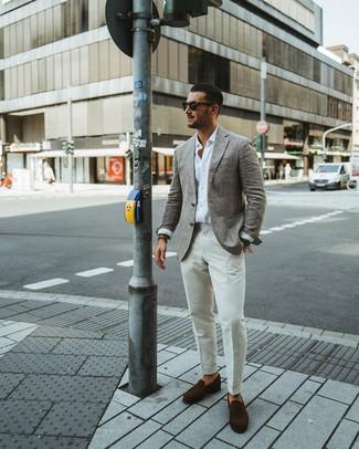 Cómo combinar: mocasín de ante en marrón oscuro, pantalón de vestir blanco, camisa de manga larga blanca, blazer de lana gris