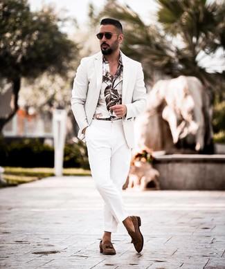 Combinar un blazer blanco: Usa un blazer blanco y un pantalón de vestir blanco para un perfil clásico y refinado. Mocasín con borlas de ante en marrón oscuro son una opción buena para complementar tu atuendo.