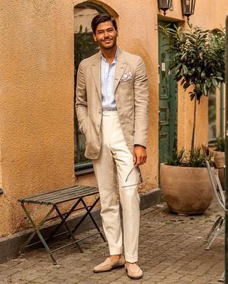 Combinar un blazer en beige: Utiliza un blazer en beige y un pantalón de vestir en beige para una apariencia clásica y elegante. Mocasín de ante en beige son una opción incomparable para completar este atuendo.