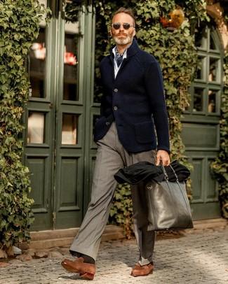 Cómo combinar: mocasín de ante marrón, pantalón de vestir gris, camisa de manga larga blanca, blazer de punto azul marino