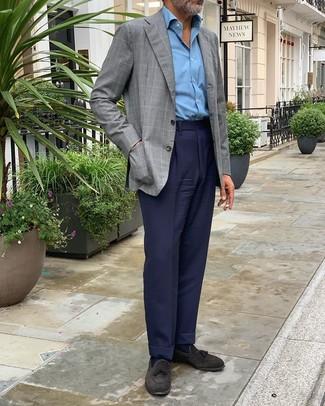 Cómo combinar: mocasín con borlas de ante negro, pantalón de vestir azul marino, camisa de manga larga celeste, blazer a cuadros gris