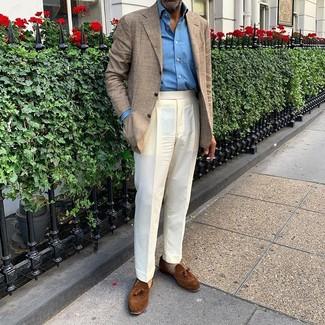 Cómo combinar: mocasín con borlas de ante marrón, pantalón de vestir blanco, camisa de manga larga azul, blazer de tartán en beige
