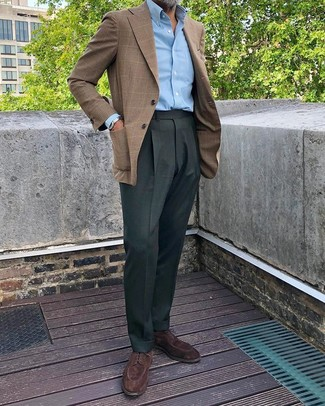 Combinar un pantalón de vestir verde oscuro: Elige un blazer de tartán marrón y un pantalón de vestir verde oscuro para rebosar clase y sofisticación. Zapatos derby de ante en marrón oscuro son una opción incomparable para completar este atuendo.