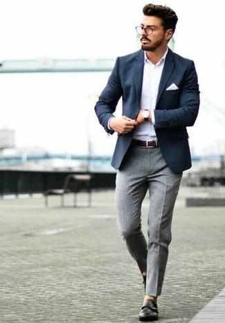 Cómo combinar: zapatos con doble hebilla de cuero negros, pantalón de vestir de lana gris, camisa de manga larga blanca, blazer azul marino
