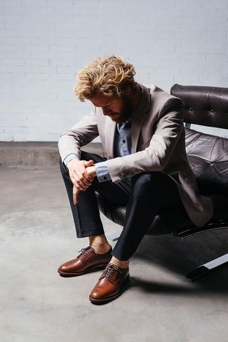 Combinar un blazer gris: Emparejar un blazer gris con un pantalón de vestir de seersucker negro es una opción atractiva para una apariencia clásica y refinada. Zapatos derby de cuero marrónes son una opción perfecta para completar este atuendo.