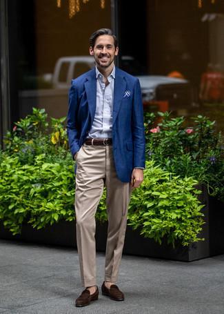 Combinar un mocasín de ante en marrón oscuro: Empareja un blazer azul marino con un pantalón de vestir en beige para un perfil clásico y refinado. Mocasín de ante en marrón oscuro son una opción inigualable para complementar tu atuendo.