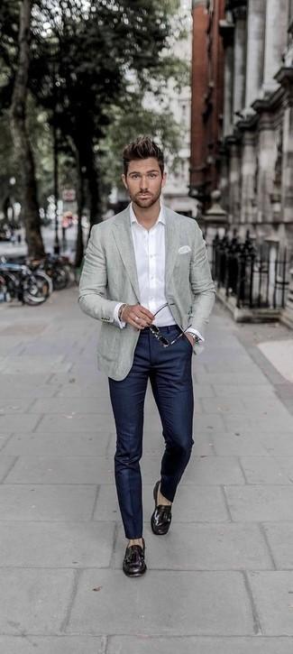 Combinar un blazer gris: Intenta combinar un blazer gris con un pantalón de vestir de rayas verticales azul marino para rebosar clase y sofisticación. Mocasín con borlas de cuero morado oscuro son una opción muy buena para completar este atuendo.