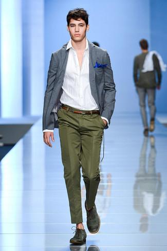 Cómo combinar: zapatos brogue de cuero verde oscuro, pantalón de vestir verde oliva, camisa de manga larga blanca, blazer gris