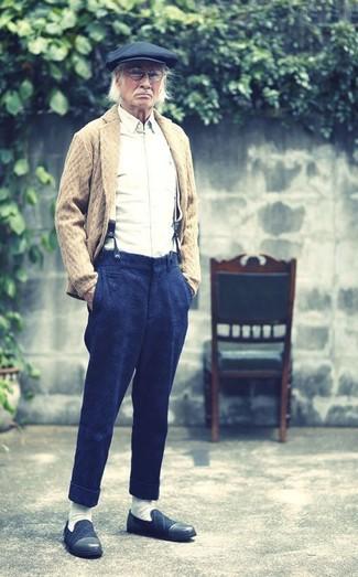 Cómo combinar: mocasín de ante azul marino, pantalón de vestir de lana azul marino, camisa de manga larga blanca, cárdigan con cuello chal marrón claro