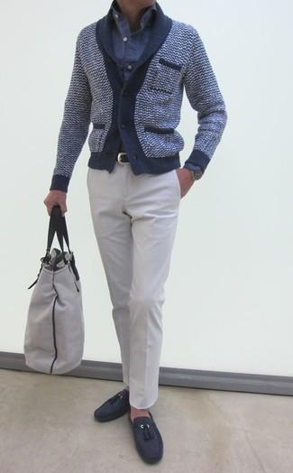 Combinar una bolsa tote de lona gris: Emparejar un cárdigan con cuello chal azul marino con una bolsa tote de lona gris es una opción inigualable para el fin de semana. Dale onda a tu ropa con mocasín con borlas de ante en gris oscuro.
