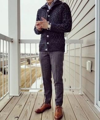 Combinar un reloj de cuero en marrón oscuro: Emparejar un cárdigan con cuello chal azul marino junto a un reloj de cuero en marrón oscuro es una opción práctica para el fin de semana. Zapatos oxford de cuero en tabaco son una forma sencilla de mejorar tu look.