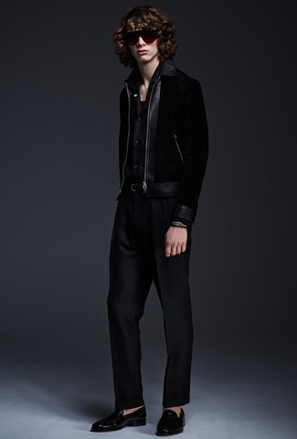 Cómo combinar: mocasín de cuero negro, pantalón de vestir negro, camisa de manga larga negra, cazadora de aviador negra