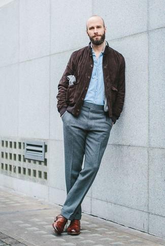 Combinar una cazadora harrington de ante en marrón oscuro: Utiliza una cazadora harrington de ante en marrón oscuro y un pantalón de vestir de lana gris para un perfil clásico y refinado. Zapatos derby de cuero marrónes son una opción excelente para completar este atuendo.